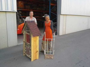 Caritas baut Insektenhotel für Honigwerkstatt