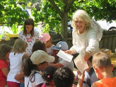 Schulen und Kinder besuchen die Bienen